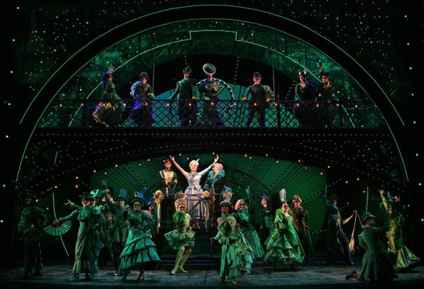 Hình ảnh Wicked phiên bản sân khấu được biểu diễn tại thánh đường kịch nói Broadway.