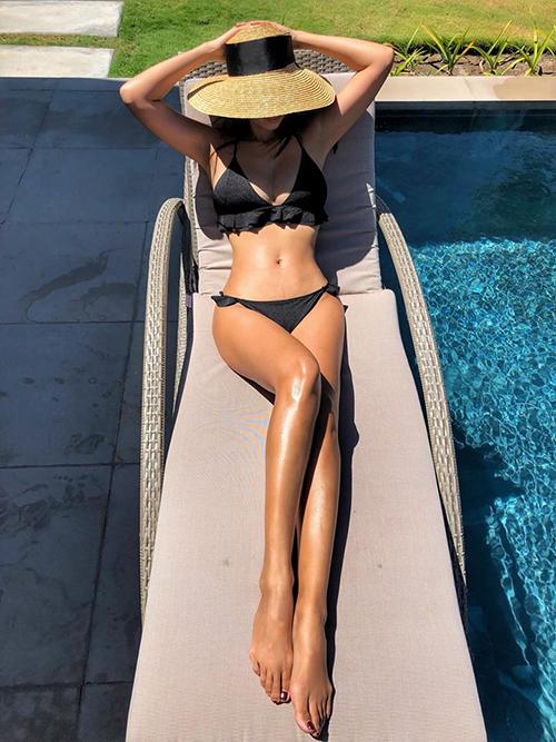 Hà Anh diện bikini nằm phơi nắng, khoe body đẹp như tượng tạc.