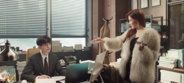Cảnh làm quen của Yoo In Na và Lee Dong Wook trong Goblin (trên) và Touch Your Heart (dưới)
