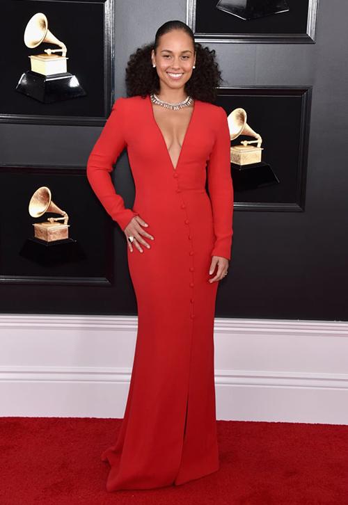Alicia Keys cũng mặc váy khoét cổ sâu phô bày vòng một.