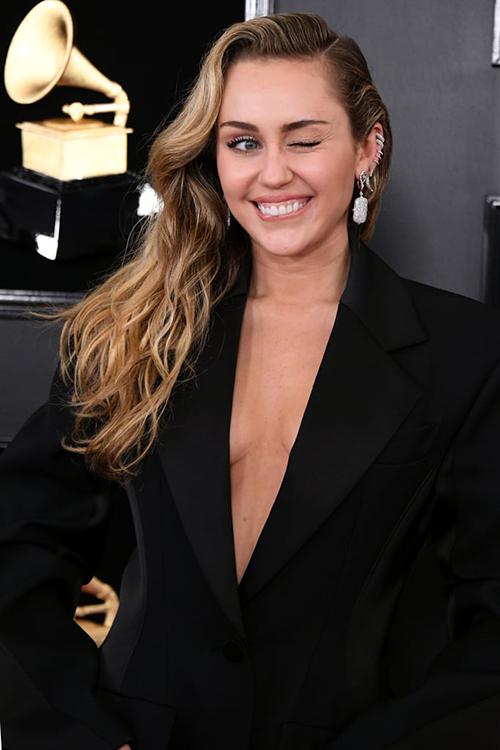 Nữ ca sĩ diện bộ suit không nội y, khoe vòng một gợi cảm.