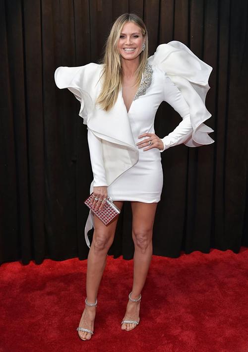 Siêu mẫu Heidi Klum ăn vận cầu kỳ.