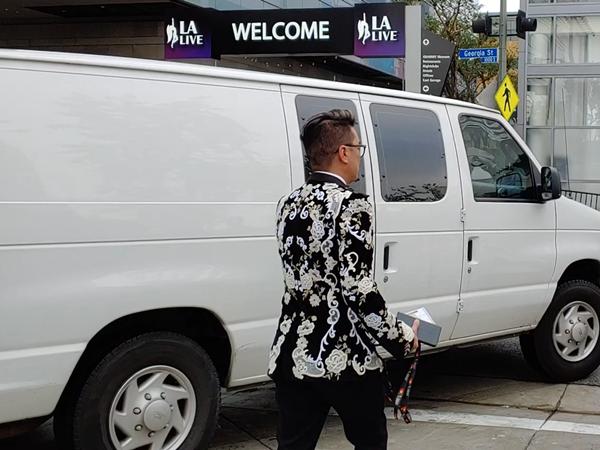 Đàm Vĩnh Hưng chọn bộ suit đen đính kết cầu kỳ và nổi bật từ thương hiệu Dolce & Gabbana. Nam ca sĩ xuất hiện trên thảm đỏ và tiến vào khán phòng tham dự Lễ trao giải bằng lối đi riêng dành cho nghệ sĩ.