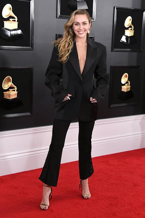 Miley xuất hiện rạng rỡ sau đám cưới với Liam Hemsworth. Cô nàng được khen càng ngày càng rạng rỡ, tươi tắn.