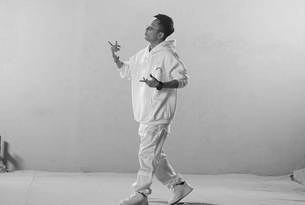 Đầu 2019, ca sĩ, nhạc sĩ, nhà sản xuất âm nhạc Rhymastic tái xuất bằng dự án âm nhạc mới. Nam ca sĩ nhá hàng teaser MV Trên lầu cao khiến fan tò mò. Chỉ 20 giây ngắn ngủi của ca khúc đã khiến nhiều fan lùng sục. Chất liệu âm nhạc phóng khoáng cùng cách làm nhạc bắt tai là điểm nhấn khiến Trên lầu cao nhanh chóng lọt vào tầm ngắm. Rhymastic hé lộ, đây là dự án âm nhạc đậm phong cách hip hop và trap nhất từ trước đến nay của mình.