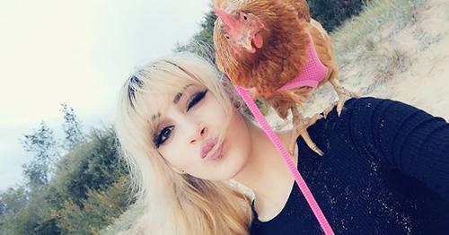 Khác với những con gà thông thường, Chookie không bao giờ đi một mình mà luôn quấn lấy chân của Muiri. Thậm chí khi có ai đó nói chuyện với mình, Chookie không ngần ngại quay lại nhìn như một phép lịch sự.