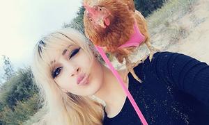Cô nàng xinh đẹp xem gà mái là tri kỷ