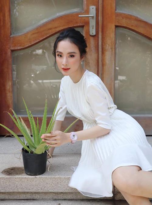 Angela Phương Trinh diện chiếc váy trắng tinh khôi do chính cô em gái Phương Trang thiết kế.