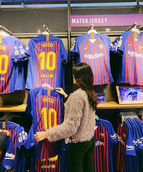 Huyền My mua áo số 10 của Messi làm kỷ niệm khi có dịp đến Tây Ban Nha du lịch.