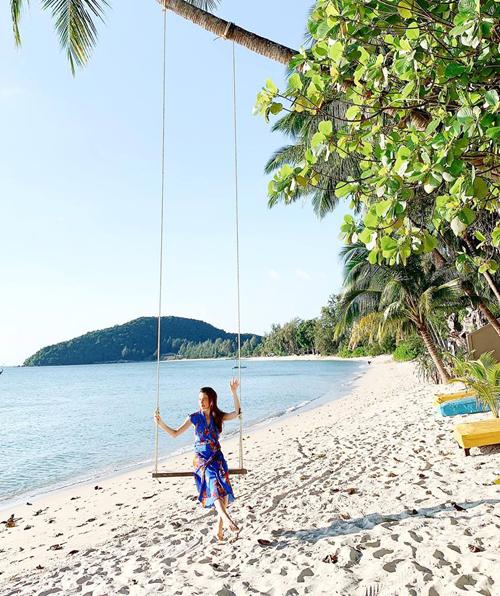 Hồ Ngọc Hà thư thả ngồi xích đu trên bãi biển.