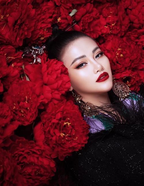 Hoa hậu Trái đất Phương Khánh khoe vẻ đẹp rực rỡ như hoa.