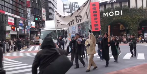 Nhóm mang theo băng rôn, khẩu hiệu phản đối ngày Valentine.