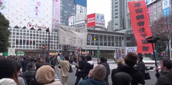 Rất nhiều người hiếu kỳ đã dõi theo cuộc diễu hành của nhóm.