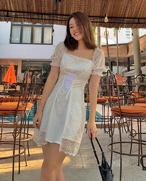 Với việc làm mới phong cách liên tục, hình ảnh của Chi Pu không bị nhàm chán. Gần đây, cô nàng theo đuổi phong cách nữ tính nhưng không quá bánh bèo, chọn điểm nhấn là các kiểu phụ kiện trẻ trung, hiện đại. Mới đây, hot girl xuống phố cùng bộ váy ren trắng tay bồng với chi tiết thắt corset ở eo rất xinh xắn.