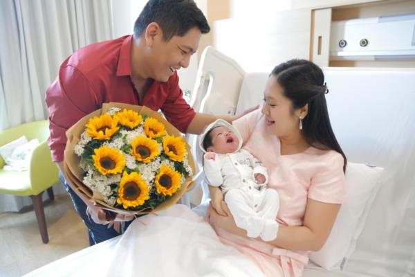 Đức Thịnh đón vợ về nhà sau khi sinh con.