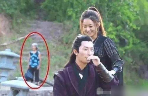 Một bà lão ăn mặc quần áo hiện tại xuất hiện trong khung hình phía sau cặp đôi diễn viên chính trong phim Sở Kiều truyện.