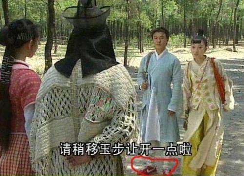 Trương Vệ Kiện đi đôi giày Nike đỏ chót khi vào vai Trương Tam Phong trong phim Thời niên thiếu của Trương Tam Phong.