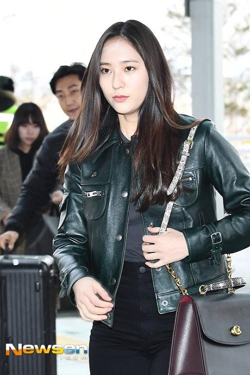 Trước đó, Krystal bị chê tơi tả khi ra sân bay. Cô nàng bị so sánh với nam ca sĩ Jang Moon Bok vì đã tăng cân đáng kể. Thực tế, Krystal vẫn xinh đẹp, chỉ cần lên đồ và tham dự sự kiện thời trang, cô nàng trở về đúng đẳng cấp tiểu thư sang chảnh vốn có.