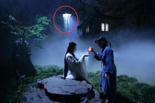 Trong phim Thần điêu đại hiệp, Tiểu Long Nữ và Dương Quá tình tứ dưới bóng đèn sáng le lói.