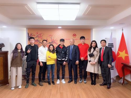 HLV Park Hang-seo gặp trò cưng Đình Trọng, Văn Thanh ở Hàn Quốc - 1