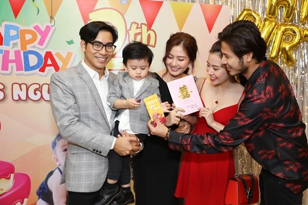 Cặp đôi Anh Tài - Vũ Ngọc Ánh dù tất bật chuẩn bị đám cưới nhưng tay trong tay tới chúc mừng con trai Ngọc Lan.