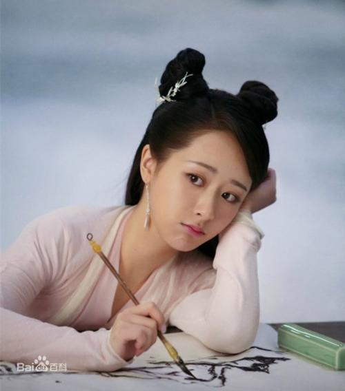 Ít ai ngờ được rằng cô bé Dương Tử mũm mĩm năm xưa khi lớn lên lại thanh mảnh, nhẹ nhàng như vậy, Năm 2018 là năm thành công của Dương Tử với vai Cẩm Mịch trong Hương mật tựa khói sương.