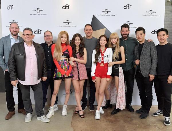 Trong showcase do Universal Music tổ chức, Jennie nổi bật với set đồ Chanel gợi cảm, Ji Soo cũng được mặc một bộ playsuit ăn ý với kiểu tóc và phụ kiện. Ngược lại, outfit củaRosé - Lisa không có gì ấn tượng, na ná những outfit trình diễn quen thuộc trước đây tại Hàn.