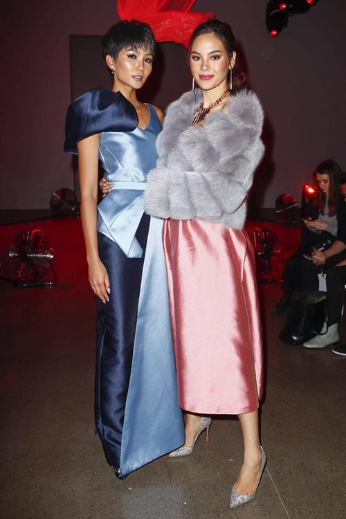 Theo lời mời từ NTK Phương My, HHen Niê đang có mặt ở Mỹ để tham dự New York Fashion Week. Tại show của Phương My, người đẹp Việt có dịp hội ngộ Catriona Gray - Miss Universe 2018.