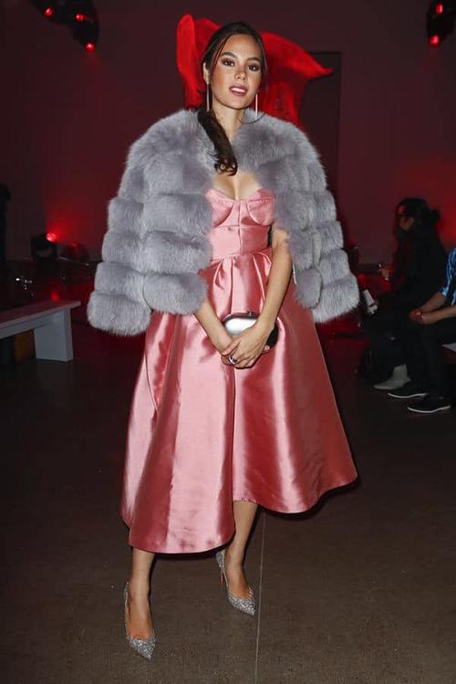 Trong khi đó Hoa hậu người Philippines diện đồ ấm áp hơn. Cô chọn phong cách cổ điển, áo khoác lông để tránh rét.