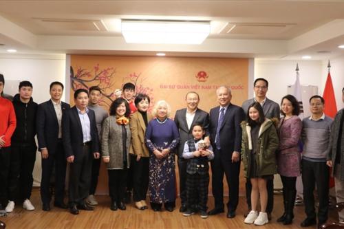 HLV Park cùng 4 học trò tại Đại sứ quán Việt Nam ở Hàn Quốc
