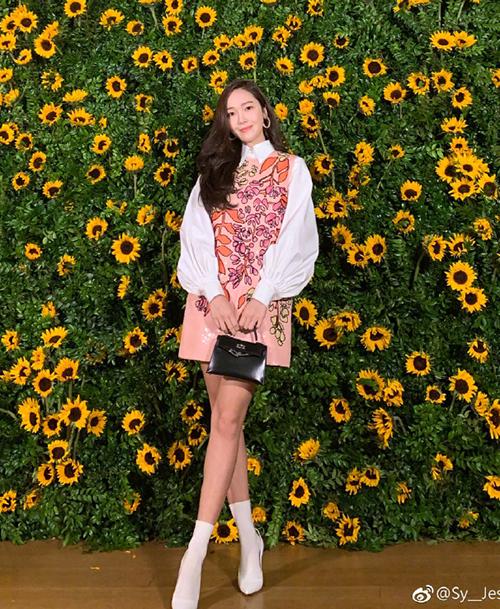 Dự show của nhà mốt Carolina Herrera, nữ idol xinh đẹp trong bộ váy yếm hồng, kết hợp sơ mi tay bồng và giày cao gót tông xuyệt tông.