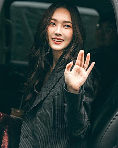 Trước đó, những bức hình của Jessica khi tham dự một show thời trang khác cũng gây tranh cãi. Dung mạo khác biệt như biến thành một người khác khiến cô nàng bị cho là đã chỉnh sửa ảnh quá đà.