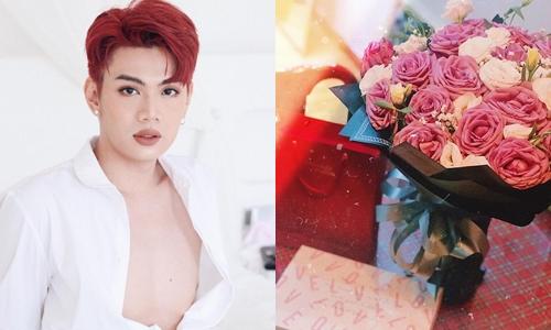 Đào Bá Lộc được bạn trai tặng hoa và quà.
