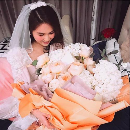 Ngọc Trinh được bạn trai tặng bó hoa hồng nhập ngoại sang chảnh. Cô cũng chia sẻ tấm thiệp có nội dung mà bạn trai viết tặng: Chồng yêu chúc ngày Valentine vợ yêu.