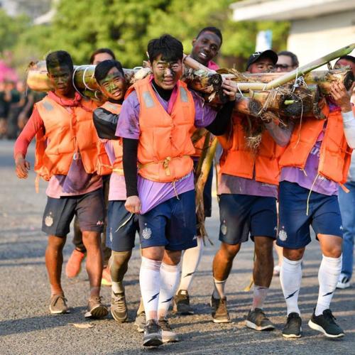 Với khả năng ngoại ngữ tốt và kinh nghiệm ra nước ngoài thi đấu, Xuân Trường đã quen thuộc với những hoạt động tập thể này.