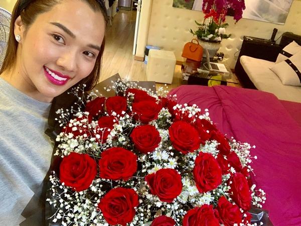 Kim Cương hạnh phúc về món quà của chồng trong ngày Valentine.