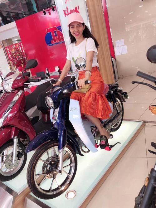 Vợ Hoàng Bách được chồng dẫn thẳng vào hãng xe máy và tặng chiếc xe Cub ngày Valentine.