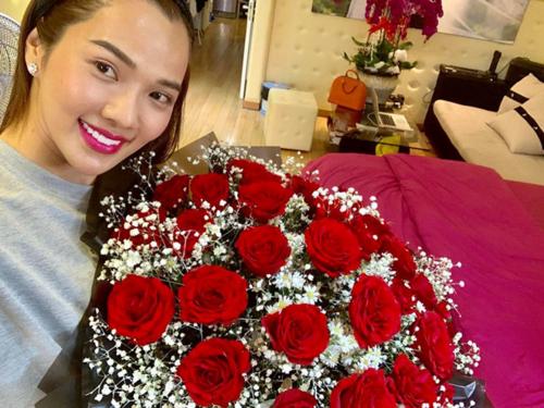 Kim Cương được Ưng Hoàng Phúc tặng hoa hồng ngày Valentine. Cô chia sẻ: Bó hoa này đặc biệt hơn những bó hoa trước vì có con của chúng ta ngọng nghịu chúc cho mẹ. Valentine này em hạnh phúc hơn bao giờ hết.Em yêu anhvà yêu con.
