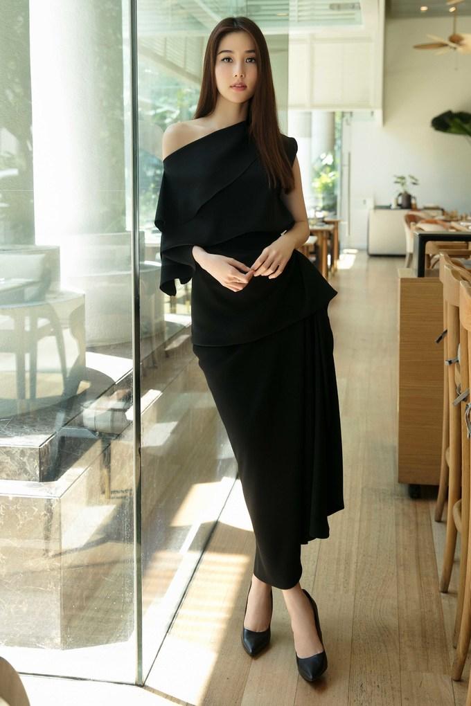 <p> Diễm My 9x nền nã trong trang phục đen từ đầu đến chân. Thiết kế áo lệch vai đi kèm váy nhún bèo cũng là một trong những mẫu đắt khách nhất thời gian qua của Đỗ Mạnh Cường.</p>