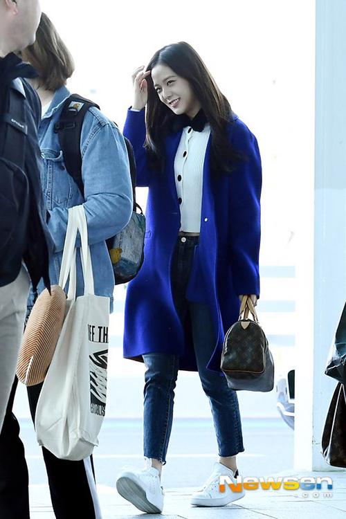 Ji Soo vẫn giữ vẻ tươi tắn dù phải liên tục di chuyển. Cô nàng dùng túi LV để tăng đẳng cấp set đồ ra sân bay.