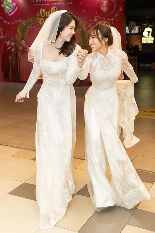 Họ nhắng nhít,biết cách làm nổi bật mìnhgiữa không gian như một đám cưới như tinh thần bộ phim hướng đến.