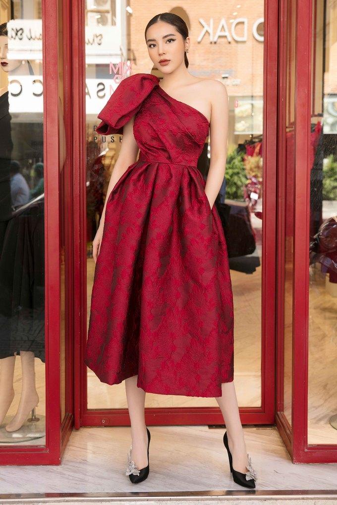 <p> Hoa hậu Việt Nam 2014 Kỳ Duyên chọn diện thiết kế với sắc đỏ làm chủ đạo. Bộ váy phồng xoè được tạo điểm nhấn bằng những đường gấp nếp tạo phom cùng chi tiết nơ 3D to bản ở cầu vai.</p>