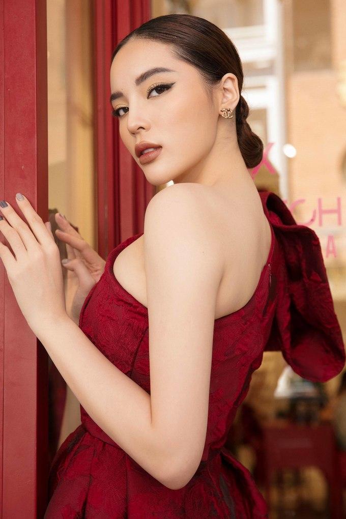 <p> Kiểu tóc búi gọn gàng đi kèm tông trang điểm sắc lạnh càng tôn lên nét sang trọng cho Hoa hậu.</p>