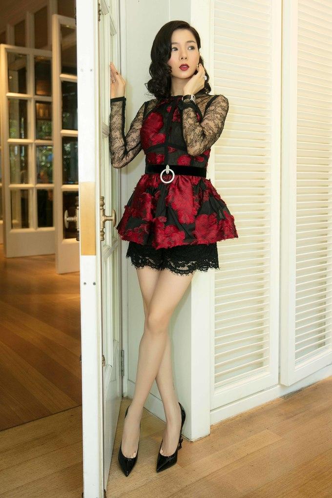 <p> Buổi tiệc cũng có sự tham gia của ca sĩ Lệ Quyên. Nữ ca sĩ diện trang phục ren phối cùng loạt phụ kiện đắt tiền.</p>
