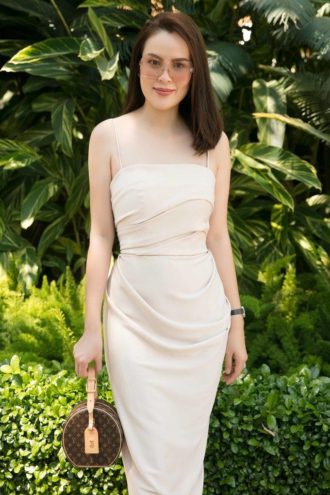 <p> Hoa hậu quý bà Phương Lê phối túi Louis Vuitton cùng thiết kế cúp ngực màu pastel.</p>
