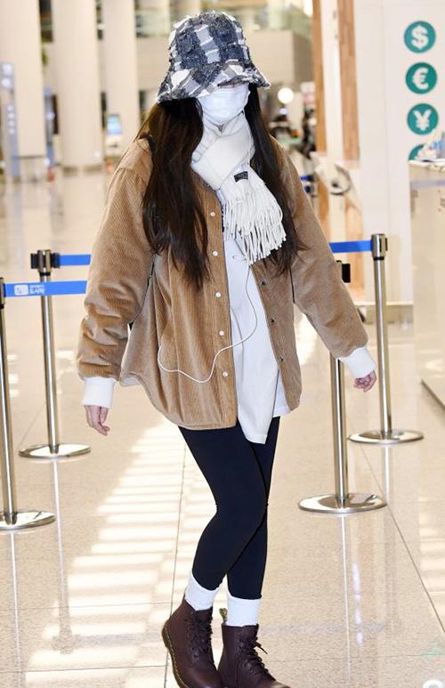 Cô nàng sang chảnh Jennie lại thay đổi hoàn toàn, chỉ chọn những item rộng, ấm áp và quần legiing dễ di chuyển. Thành viên Black Pink cũng trùm mũ kín mít để che vẻ mệt mỏi.