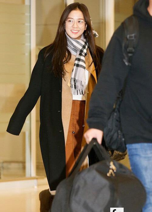 Ji Soo tự tin khoe mặt mộc ở sân bay. Cô nàng luôn nhận nhiều lời ca ngợi nhờ nhan sắc không cần son phấn.