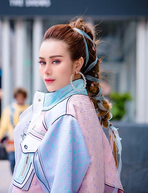 Người đẹp chọn lối trang điểm ngọt ngào để gương mặt rạng rỡ hơn giữa thời tiết lạnh giá.