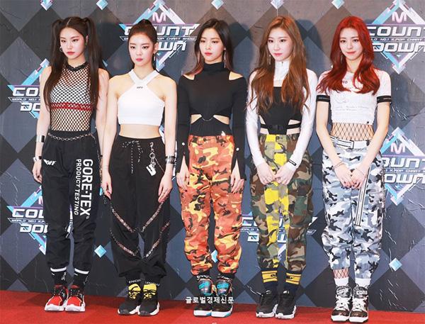 Ngày 14/2, ITZY xuất hiện trên thảm đỏ của show âm nhạc M Countdown. Đây là sân khấu debut của tân bình nhà JYP. Nhóm xuất hiện với hình ảnh girlcrush mạnh mẽ.