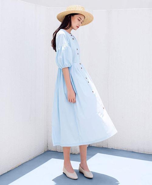 Babydoll là kiểu váy eo cao, phía dưới xòe rộng, có hai ưu điểm nổi bật là giúp cân đối tỷ lệ cơ thể, tạo cảm giác chân dài hơn nhưng vẫn đầy thoải mái và tươi trẻ.